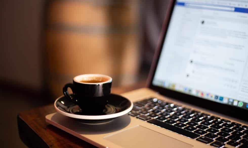 כוס קפה מול המחשב בבית - כך מתפרנסים ב2020